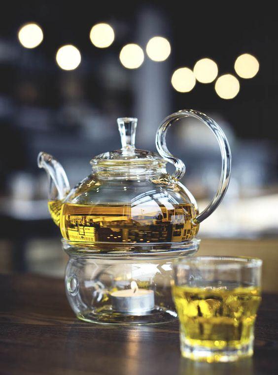 Thưởng thức tách trà saffron nóng