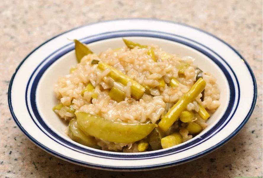 Làm cơm risotto rau củ. Món cơm risotto này sử dụng nhiều loại rau củ như bí ngòi, đậu Hà Lan và bí ngô.