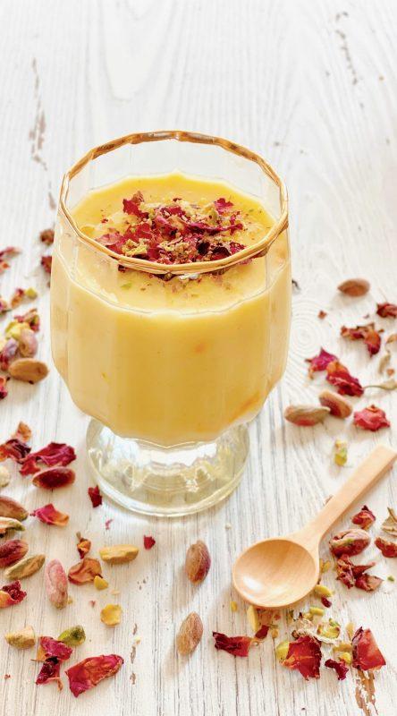 Pha saffron (nhụy hoa nghệ tây) với sữa, hoa hồng